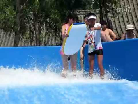 美女玩沖浪,泳褲竟被沖掉了!