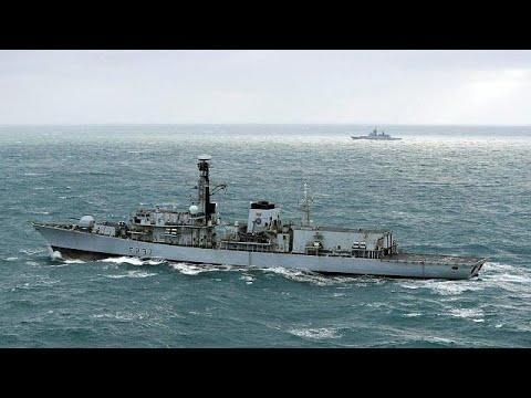 Βρετανική φρεγάτα συνοδεύει πλοία του ρωσικού πολεμικού ναυτικού…