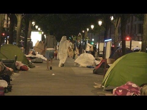 Crise des migrants : la rue, point de passage obligé pour les demandeurs d'asile à Paris?
