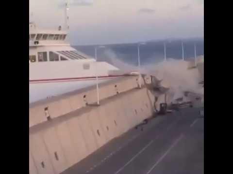 Пассажирское судно врезалось в пристань