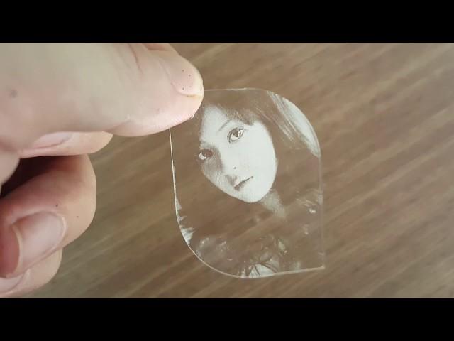 Khắc hình ảnh trên mica bằng máy laser Zing Epilog