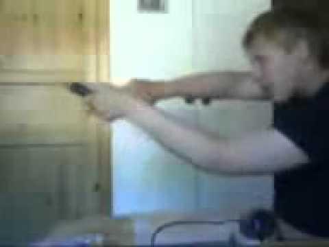 0 Haciendose el tonto con una pistola