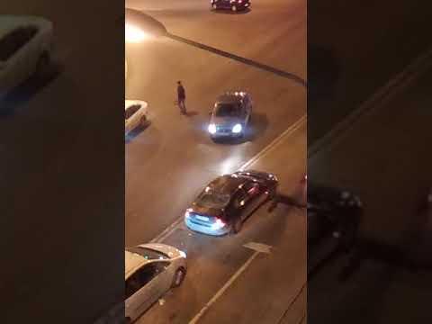 В Санкт-Петербурге мужчина на иномарке открыл огонь по полицейским, проезжающим рядом на патрульной машине
