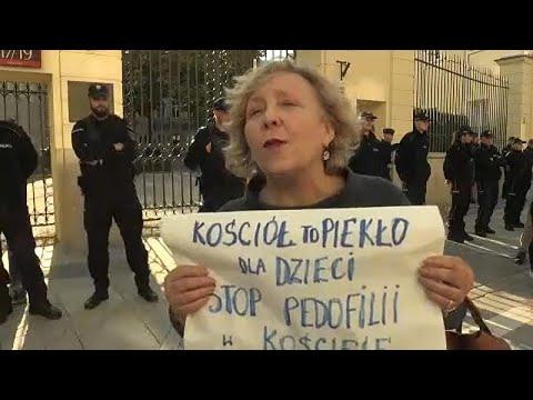 Διαδήλωση για τα σεξουαλικά εγκλήματα κατά παιδιών από Πολωνούς ιερείς…