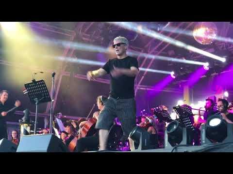 Bez from Happy Monday dancing to Haçienda Classiçal | Live | Happy Days Festival 2018 | HD