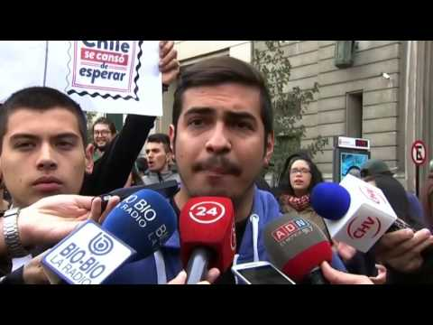 Protesters crash Chilean presidential palace