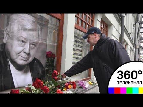 Проститься с Олегом Табаковым пришли тысячи его поклонников (видео)