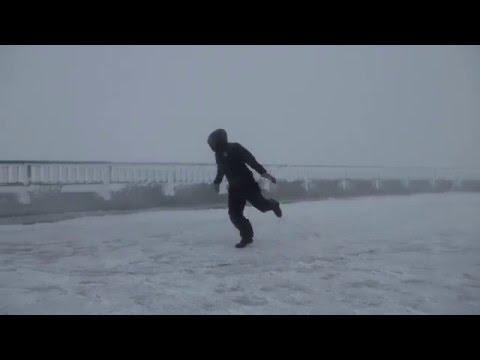 在山上神級強風風速高達175公里,男子不小心學會飛行技巧。
