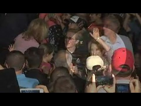 WATCH: Carly Fiorina Falls at Cruz Rally, Nobody Helps Her