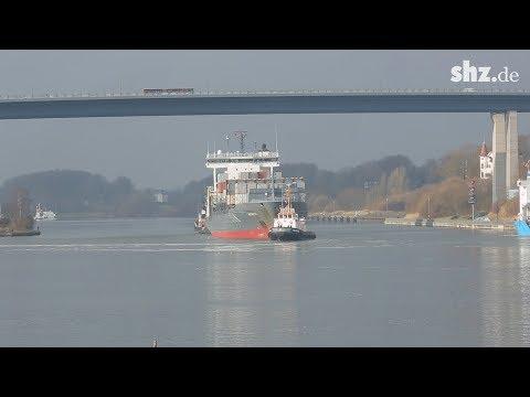 Nach Kollision: Containerschiff
