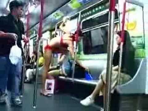 現在空姐都這麼大膽嗎?實拍空姐香港地鐵上更衣!