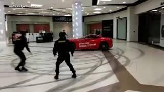 Nie ma to jak pokręcić bączki w galerii! Ukradli Ferrari i jeździli po centrum handlowym!