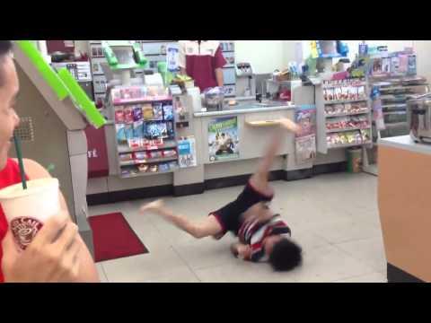 國小男生在7-11裡面大跳街舞給店員看!!