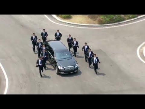 Bodyguards joggen im Gleichschritt neben der Limousine von Kim Jong-un