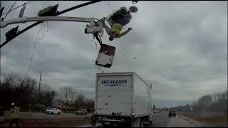 Idioci z firmy naprawiającej światła + ciężarówka… to nie mogło się inaczej skończyć.