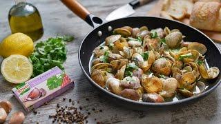 Leve um tacho ao lume com azeite e adicione as amêijoas bem lavadas e escorridas. Tape e deixe cozinhar em lume forte.