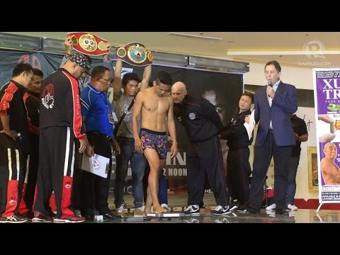 WATCH: Donnie Nietes gets naked to make weight for Komgrich Nantapech title fight (видео)