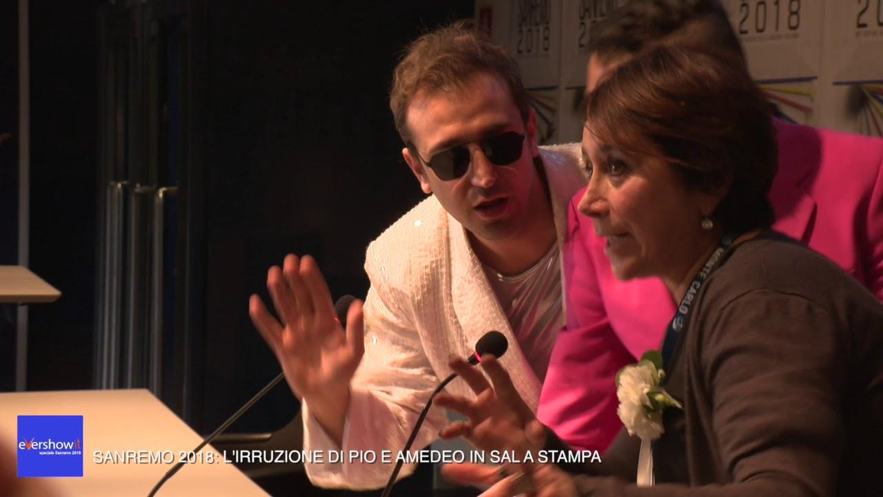 Sanremo 2018: l'irruzione di Pio e Amedeo in sala stampa
