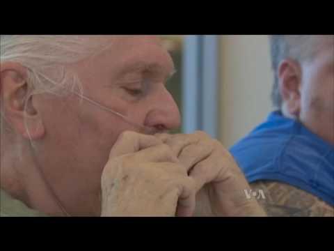 97-річний американець знайшов спосіб підтримувати здоров'я за допомогою гармоніки. Відео