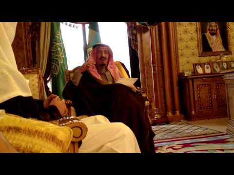 #فيديو : الملك سلمان يكشف شاب يصوره دون علمه