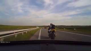 Szybka kara dla idioty na motocyklu, hamującego przed maską…