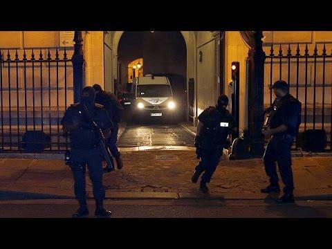Ξυπόλυτος και με χειροπέδες έφτασε στο δικαστήριο ο δράστης της επίθεσης στο γαλλικό τρένο