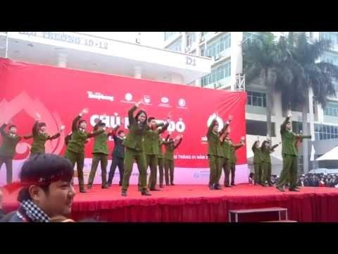 Tiết mục liên khúc dân vũ của HVCSND tại Đại học Quốc gia nhân ngày Chủ nhật đỏ