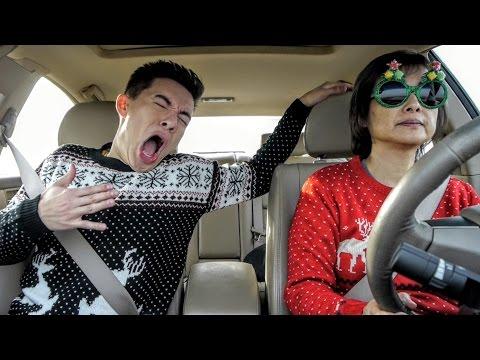 Nuorimies laulaa lipsyncillä joululauluja autossa