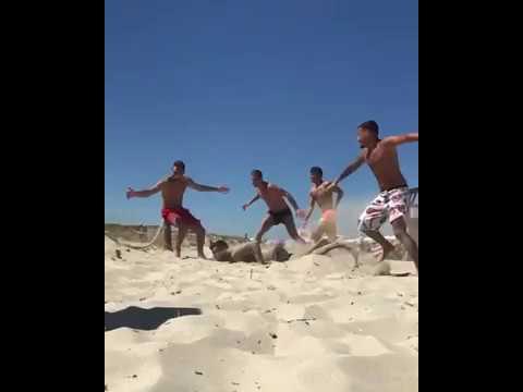 """Ceravolo, gol dalla sabbia come """"Tre uomini e una gamba""""!"""
