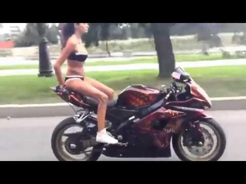 Mujer Asiatica Conduciendo Una Moto Deportiva Con Mucho Estilo