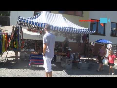 Předvádění stánkaře-flétnisty, prodejce různých flétniček na Pelhřimovské pouti