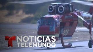 """Video oficial de Noticias Telemundo. Al menos 29 estructuras han sido afectadas tras cinco días de un fuego sin control que avanza hacia el poblado de Mariposa, que ha tenido que ser evacuado totalmente. SUBSCRIBETE: http://bit.ly/1JI1uXVNoticiasEste es el canal en Youtube de la división de noticias de la cadena Telemundo en los Estados Unidos. El """"Noticiero Telemundo"""", presentado entre semana por María Celeste Arrarás y José Díaz-Balart -y fines de semana por Edgardo del Villar- es el programa insignia de la división y la fuente de información más confiable de la comunidad hispana en los Estados Unidos. El programa """"Enfoque con José Díaz-Balart"""" y los eventos especiales de la cadena, forman parte del compromiso de Telemundo para llevar a los hispanos información política y social que pueda guiarlos en los Estados Unidos. El galardonado equipo de corresponsales y colaboradores de Noticias, ofrece las últimas noticias, entrevistas con personajes claves, análisis y comentarios sobre el acontecer nacional e internacional. SUBSCRIBETE: http://bit.ly/1JI1uXVTelemundoEs una división de Empresas y Contenido Hispano de NBCUniversal, liderando la industria en la producción y distribución de contenido en español de alta calidad a través de múltiples plataformas para los hispanos en los EEUU y a audiencias alrededor del mundo. Ofrece producciones originales, películas de cine, noticias y eventos deportivos de primera categoría y es el proveedor de contenido en español número dos mundialmente sindicando contenido a más de 100 países en más de 35 idiomas.SIGUENOS EN TWITTER: http://bit.ly/1OLjUGlDANOS LIKE EN FACEBOOK: http://on.fb.me/1VXiWwoGOOGLE+: http://bit.ly/1P0PaSCImpactante incendio en las cercanías del Parque Nacional Yosemite  Noticiero  Noticias Telemundo"""