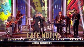 """La banda de Late Motiv se atreve con un tema de """"Golpes Bajos"""". Mítico grupo del que, por cierto, formó parte nuestro compañero Pablo Novoa. Una gran versión de """"Malos tiempos para la lírica"""" con Arkano."""