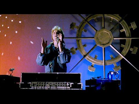 Šimon Caban jako DJ Arnoštek! Ve Varech znělo disko z roku 1991