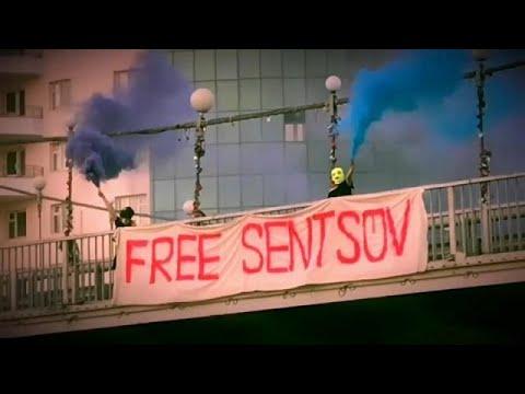 «Ενόχλησαν» οι Pussy Riot με το πανό:«Ελευθερώστε τον Σεντσόφ»