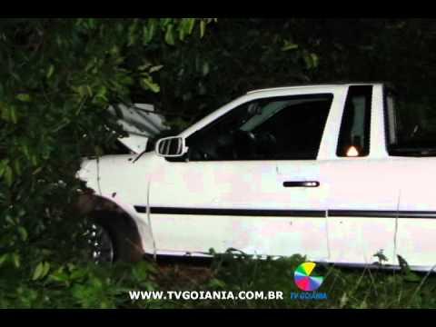 Motorista em alta velocidade bate o carro numa árvore nesta sexta (6)