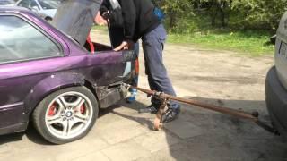 """""""Dawaj Maciej k**wa! Nie bądź miękki!"""" – Profesjonalne naprawy blacharskie w starym BMW"""