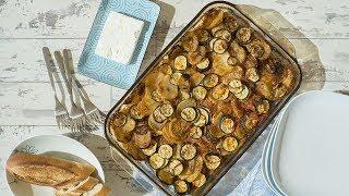 """Papas y calabacitas rebanadas se hornean bañadas en aceite de oliva y puré de jitomate. Un platillo griego facilísimo, pero delicioso, conocido como """"briam"""". Si lo deseas, acompaña con un trozo de queso feta. Encuentra la receta completa en Allrecipes México: http://allrecipes.com.mx/receta/12383/papas-y-calabacitas-al-horno-briam.aspx"""
