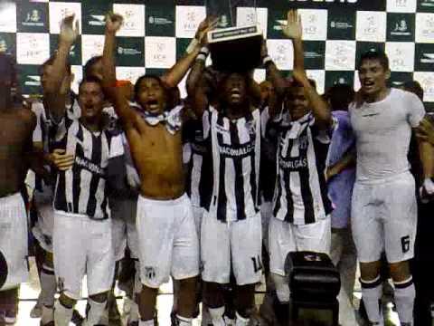 Jogadores do Ceará erguem a taça do 2º turno