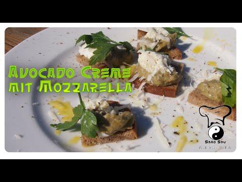 Avocado Creme mit Mozzarella auf Sauerteigbrot
