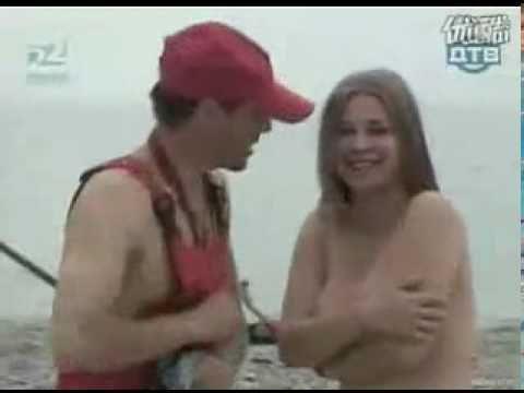 比基尼美女脫掉泳衣做日光浴,只剩一隻手可以遮胸部! ?