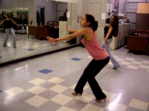 Kelly показывает исполнение salsa shine