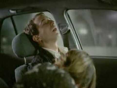 Rubia haciendo travesuras en el auto