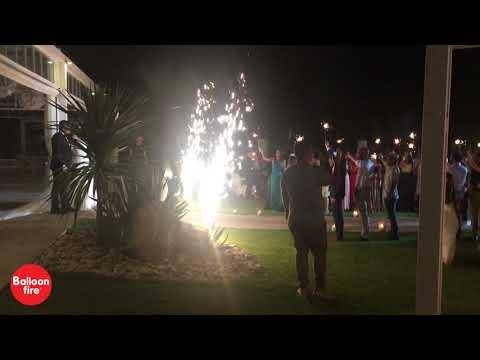 OMEGA YAGHT CLUB | Υποδοχή ζευγαριού στo γάμο από τους καλεσμένους με Sparklers και σιντριβάνια ψυχρής φλόγας