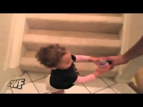 超高招!小嬰兒急喝奶快速溜下樓梯的方式