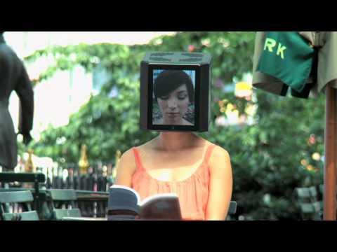 在紐約街頭晃蕩的 iPad 頭女子,好詭異的感覺…