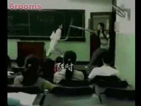 上課遲到的學生,竟然和女老師打了起來!