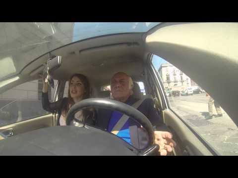 a napoli, il nonno guida nel traffico!