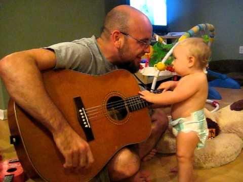 Como le gusta la música a este bebé