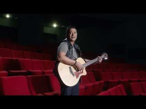 """مدحت صالح يقلد غناء أمير عيد من فرقة """"كايروكي"""" في ثان إعلانات شبكة IN"""